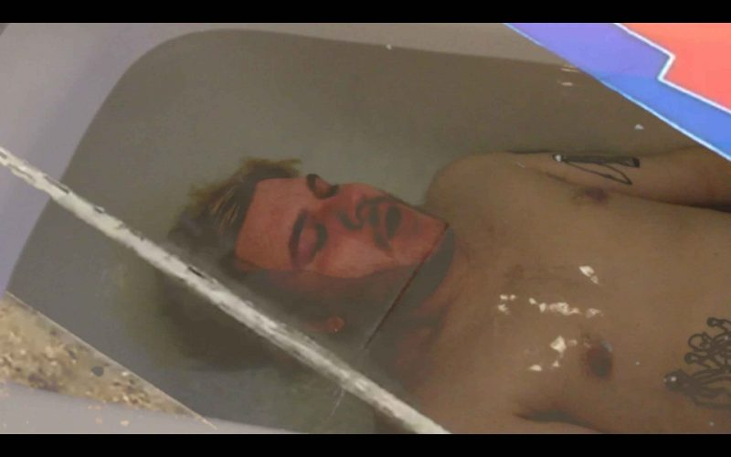 Bild eines Mannes, der in einer Badewanne untergetaucht ist